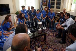 Ο υπουργός Επικρατείας Νίκος Παππάς (Δ) μιλά με τις αθλήτριες της Εθνικής ομάδας καλαθοσφαίρισης Γυναικών Κωφών που στέφθηκαν Πρωταθλήτριες Ευρώπης και τον επισκέφθηκαν στο Μέγαρο Μαξίμου, Πέμπτη 28 Ιουλίου 2016. ΑΠΕ-ΜΠΕ/ΑΠΕ-ΜΠΕ/Αλέξανδρος Μπελτές